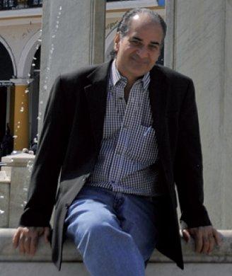 El escritor puertorriqueño Luis López Nieves en la Plaza Vieja de La Habana, Cuba.